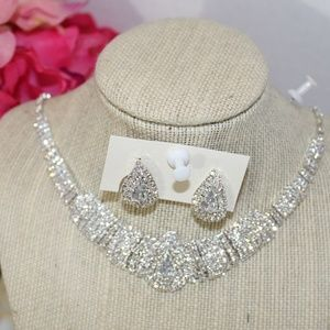 Crystal Stoned Glamorous Necklace & Earring Set